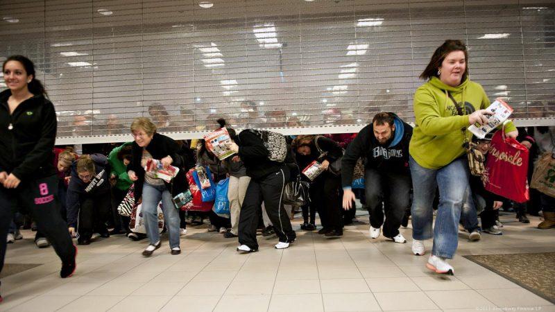 Clientes correndo para entrar em loja: acidentes com compradores pode causar vários problemas na Black Friday