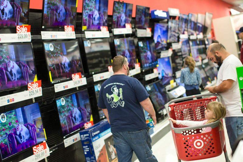 Compradores verificam preços de televisores