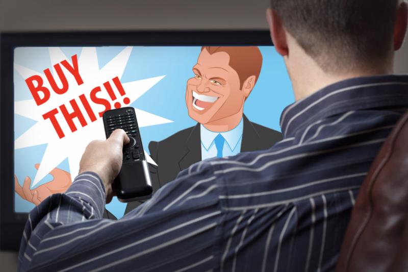 Homem assistindo comercial de TV
