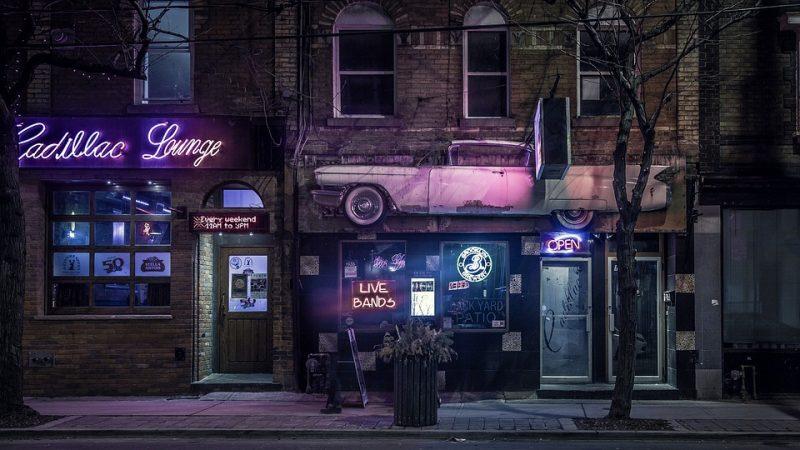 Feriados e pontos facultativos: restaurante com portas fechadas à noite e sinal de aberto.