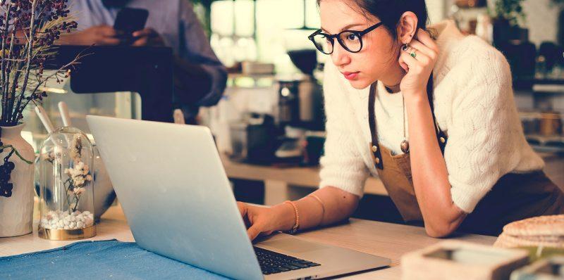 equipamentos para restaurante: mulher olhando computador