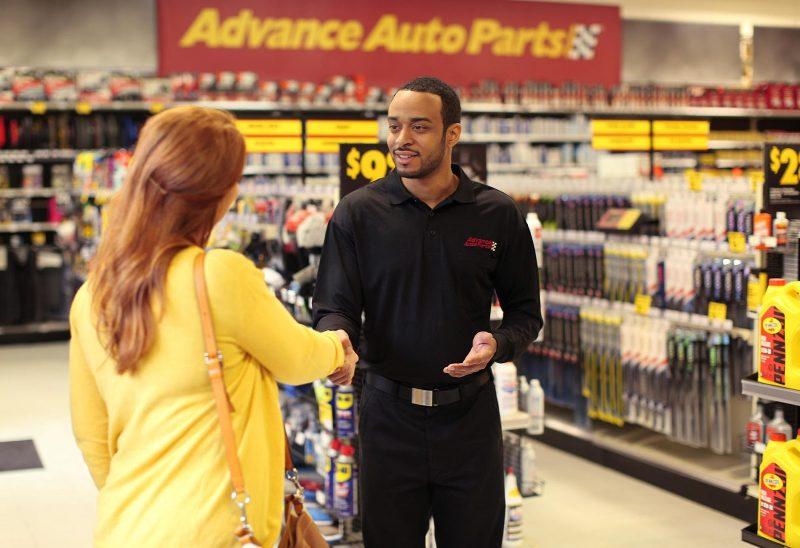 homem em supermercado usando uniforme profissional dando boas vindas ao cliente