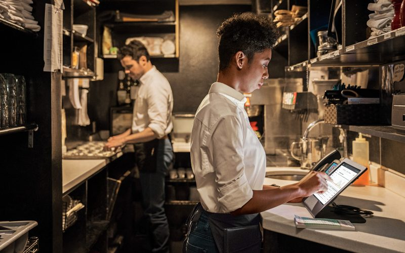 equipamentos para restaurante: chef de cozinha olhando pedidos
