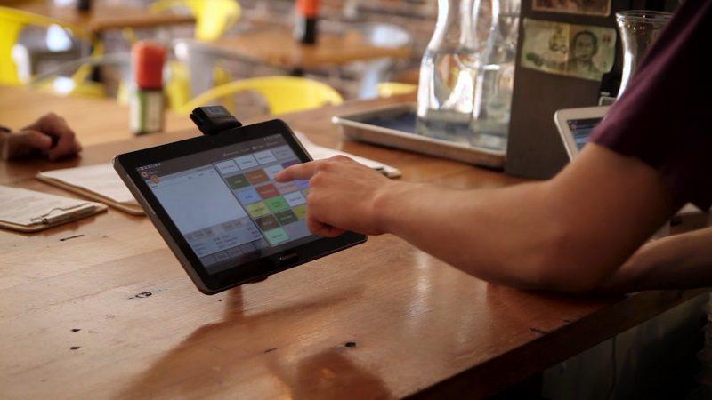 equipamentos para restaurante: mulher passando compras no caixa eletrônico