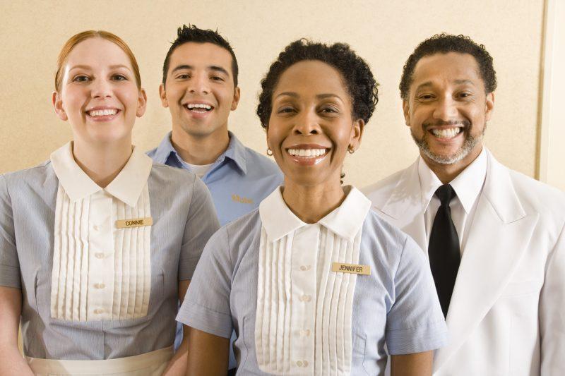 treinamento da equipe do hotel: pessoal da arrumação reunido