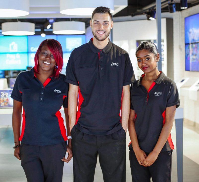 três colaboradores usando uniformes profissionais