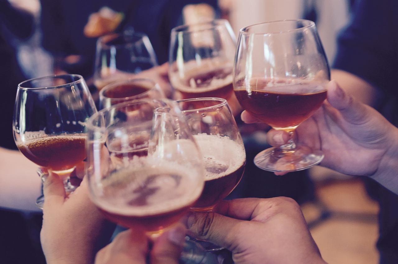 Várias taças de cerveja durante um brinde