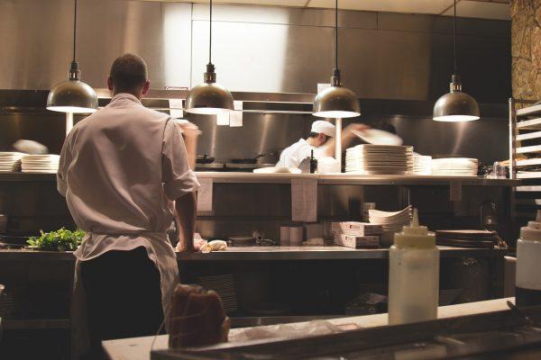 cozinheiros trabalhando em cozinha de restaurante
