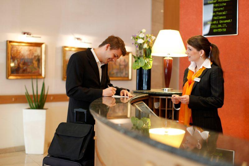 treinamento da equipe do hotel: homem fazendo check-in