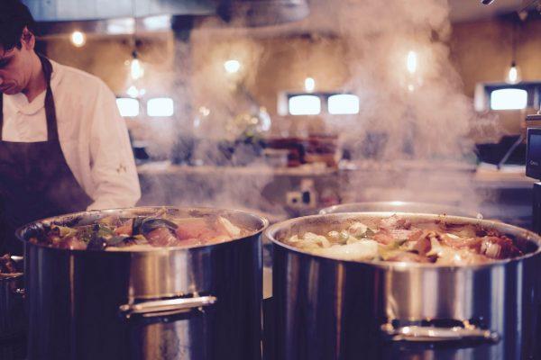panela cozinhando comida para restaurante de hotel