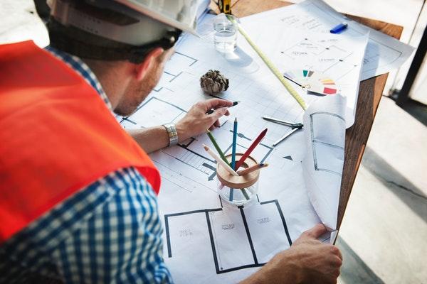 Arquiteto trabalhando em um projeto para varejo de construção