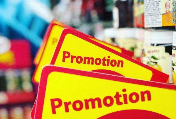 Cartazes de promoção de produtos perto da data de validade