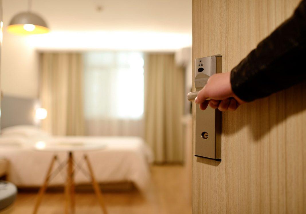Porta de entrada do quarto de hotel