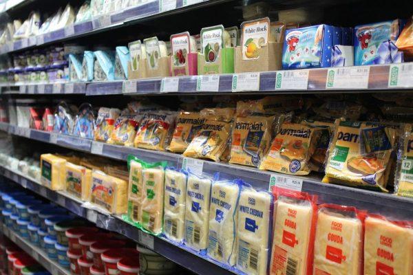Gôndola de supermercado com produtos próximos da data de validade