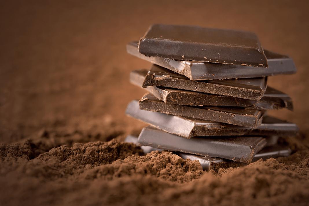 Um pedaço de uma barra de chocolate da Nestlé sem a embalagem.