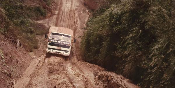 Caminhão do martins passando na estrada de terra.