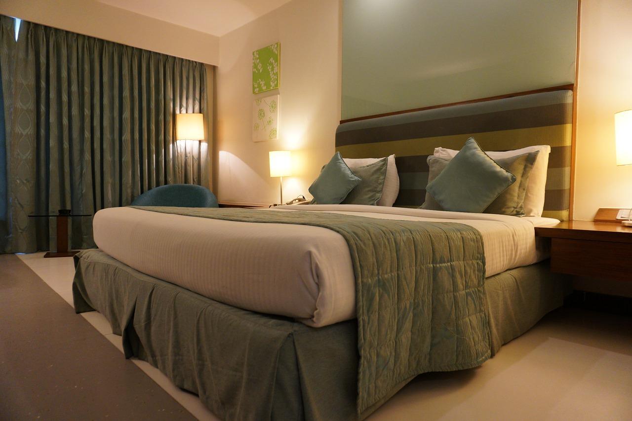 Quarto de hotel arrumado para receber hospedes