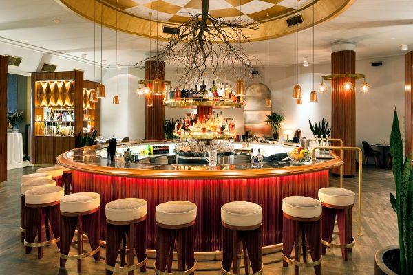 mesa redonda de bar de hotel decorada