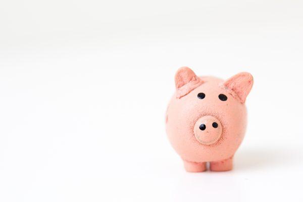 Cofrinho rosa em forma de porco para representar a economia que se pode ter ao vender na Páscoa.