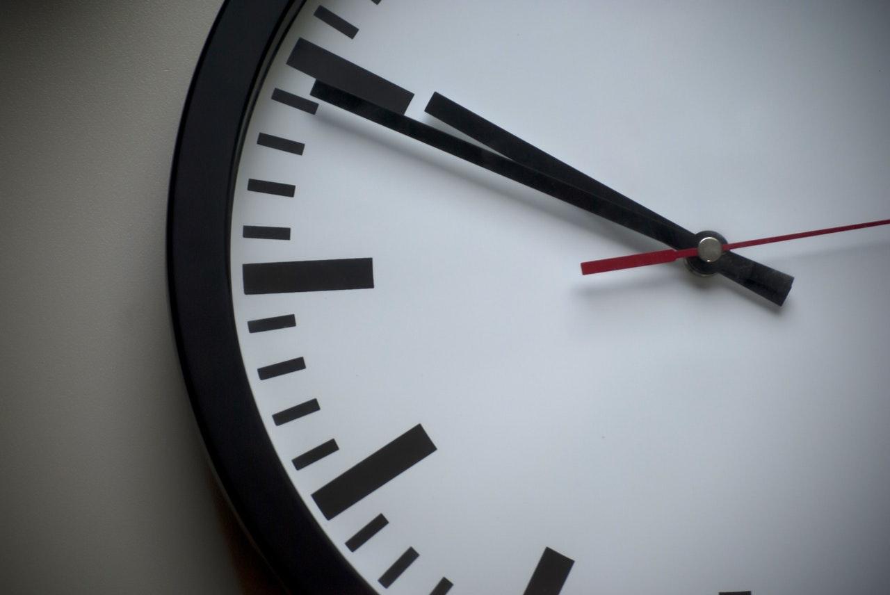 O relógio não para: saiba como o frete grátis no atacado economiza seu tempo.
