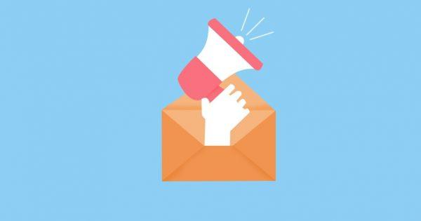 Imagem em vetor: fundo azul claro, símbolo do e-mail e, saindo de dentro dele, uma mão segurando um megafone.