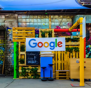 Logo do google pintada em estrutura recém construída e pintada.