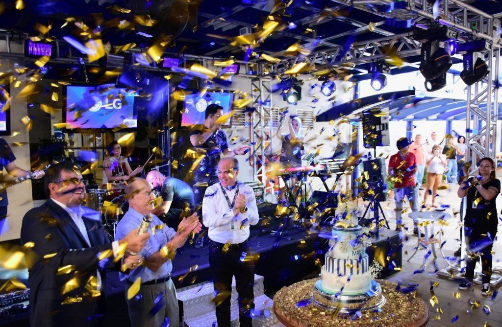 Sr. Alair Martins e funcionários comemorando o aniversário da empresa.