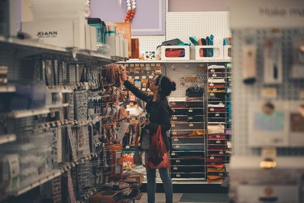 Cliente no corredor de uma loja de utilidades.