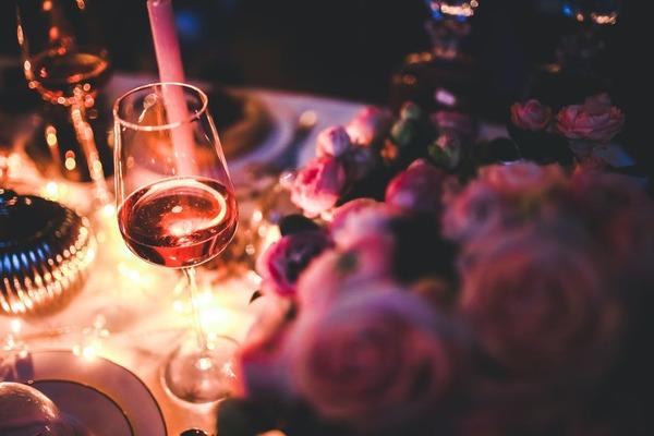 mesa posta com itens para promoção de Dia dos Namorados