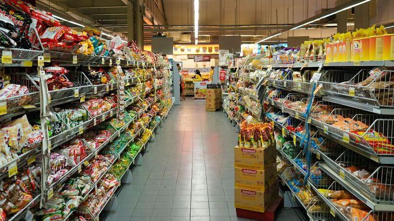 Corredor de supermercado com gôndolas bem abastecidas