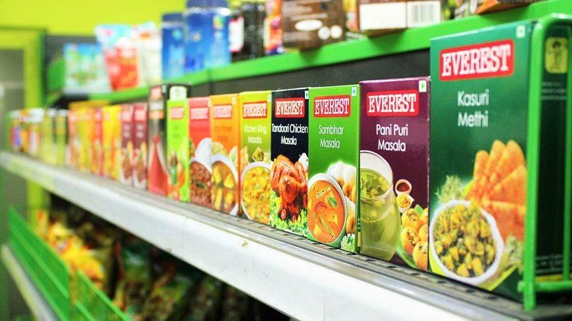 Prateleira de sopas em caixas com grande variedade de sabores