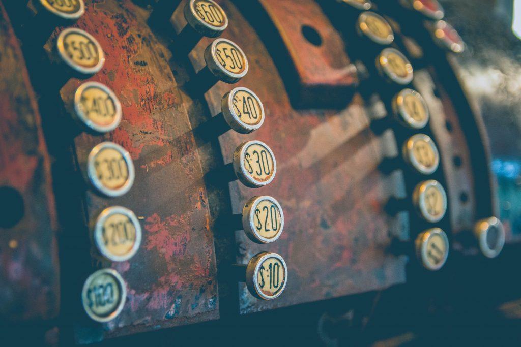 Caixa registradora antiga toda enferrujada
