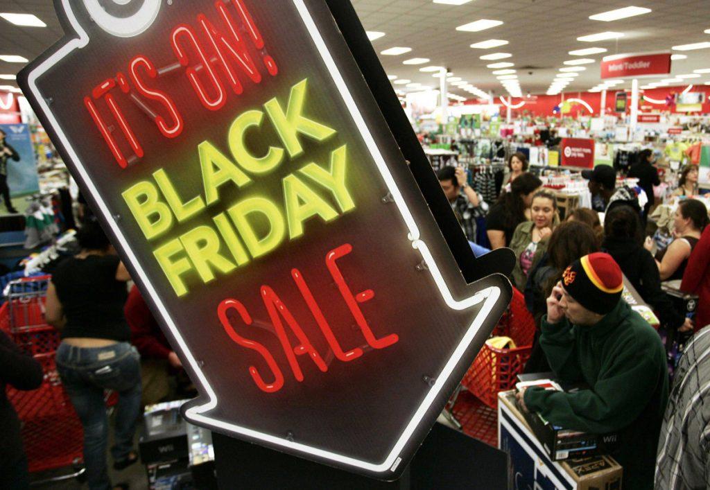 Fila de clientes esperando para pagar: vender na Black Friday é uma oportunidade de crescimento.