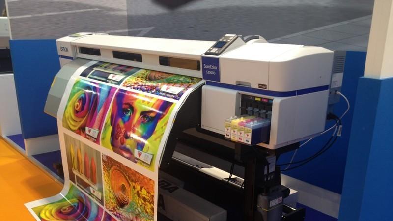 Impressora grande de gráfica imprimindo materiais de comunicação visual.