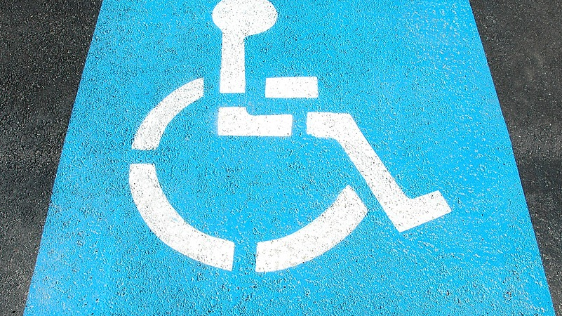 Sinalização universal de vaga de estacionamento reservada para pessoas com deficiência.
