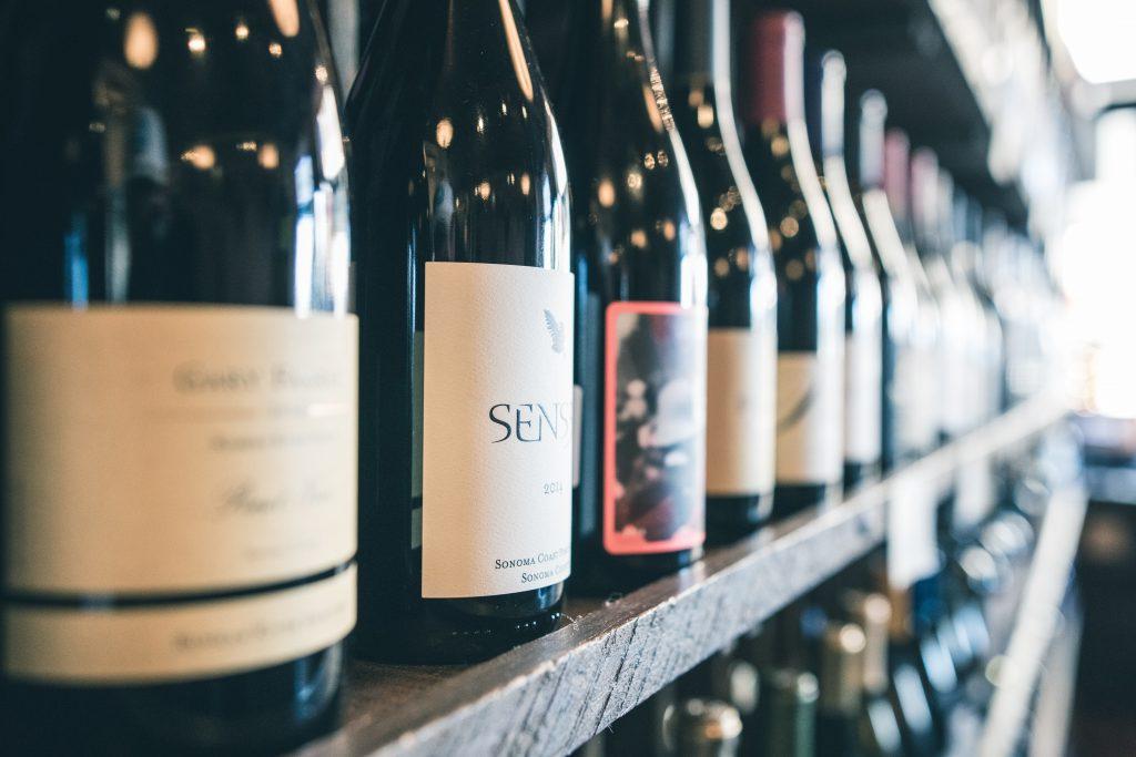 Várias garrafas de vinho: alimentos e bebidas compõe o segmento que cresce ano a ano ao vender na Black Friday