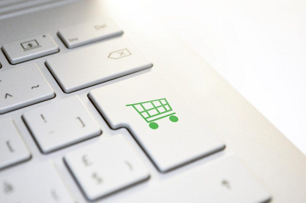 Teclado de computador com desenho de carrinho de supermercado em uma das teclas