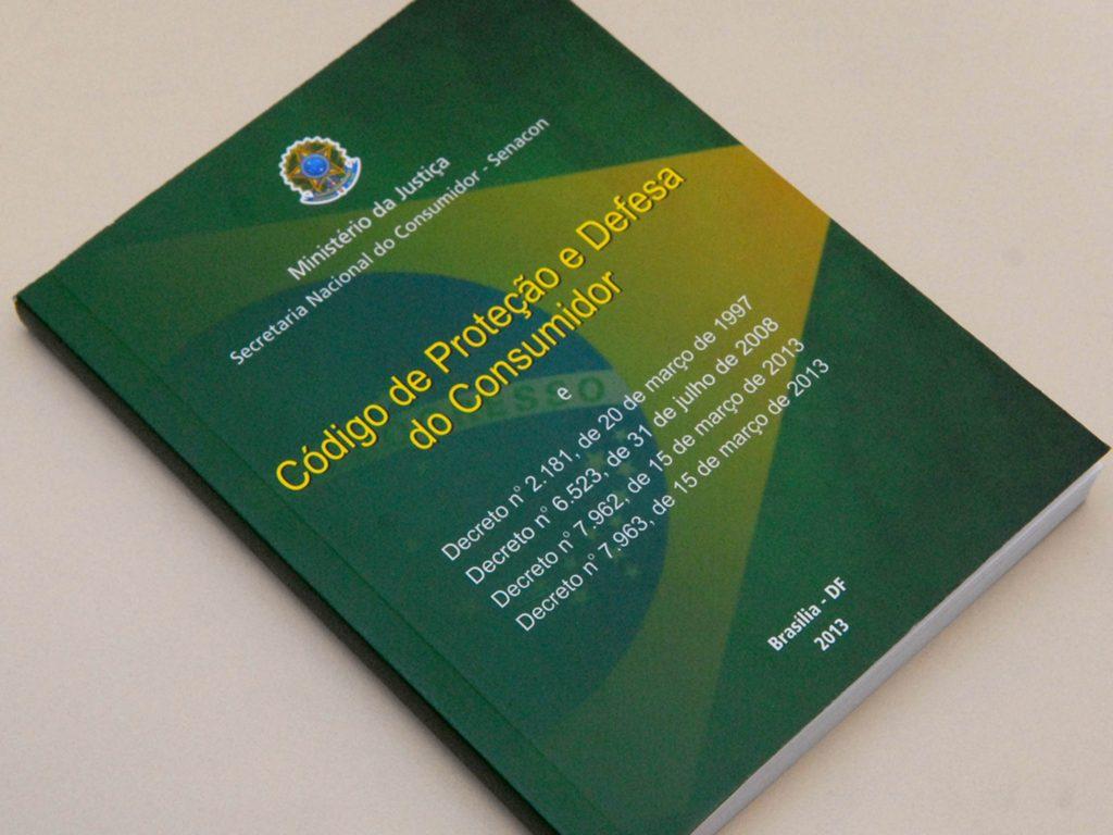 Livro do Código de Defesa do Consumidor sobre superfície