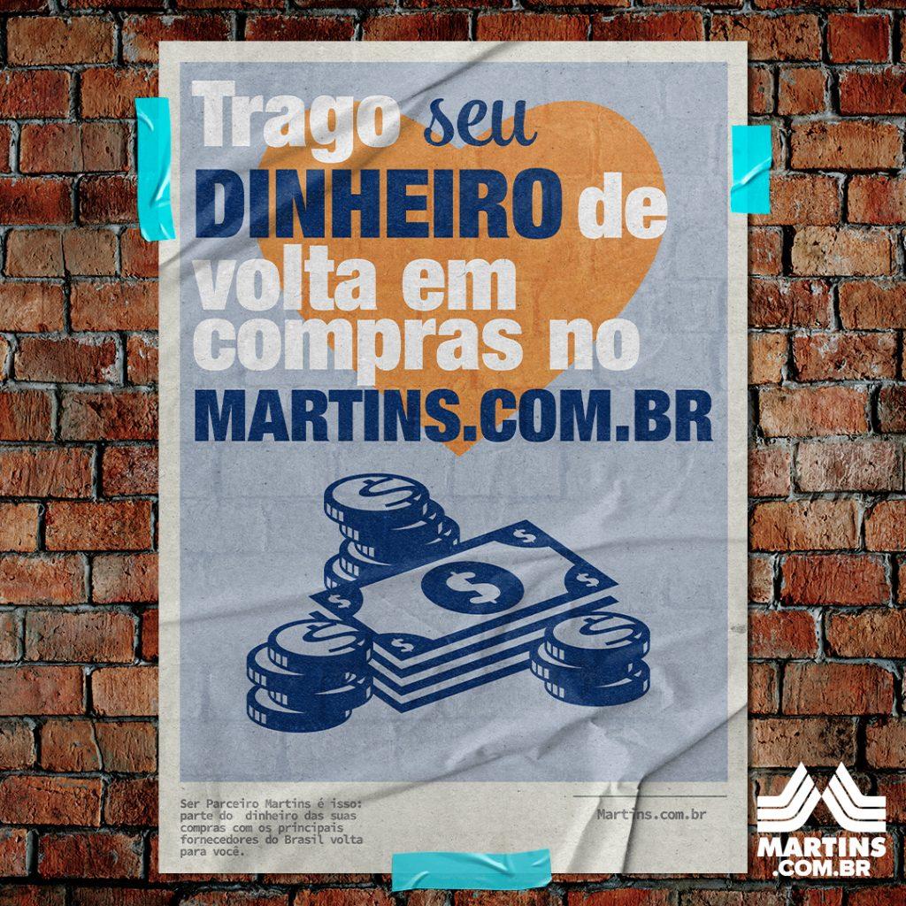 Cartaz colado em uma parede de tijolinhos, com o texto: Trago seu dinheiro de volta em compras no Martins.com.br
