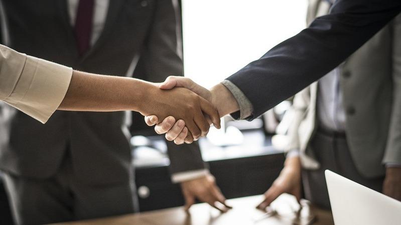 Dois executivos apertando as mãos