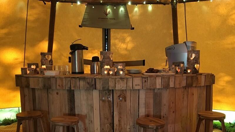 Balcão de bar feito de madeira, bancos de madeira, bar rústico