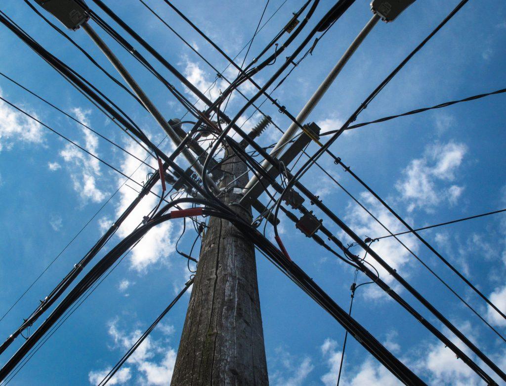 Poste de energia elétrica com cabos de força