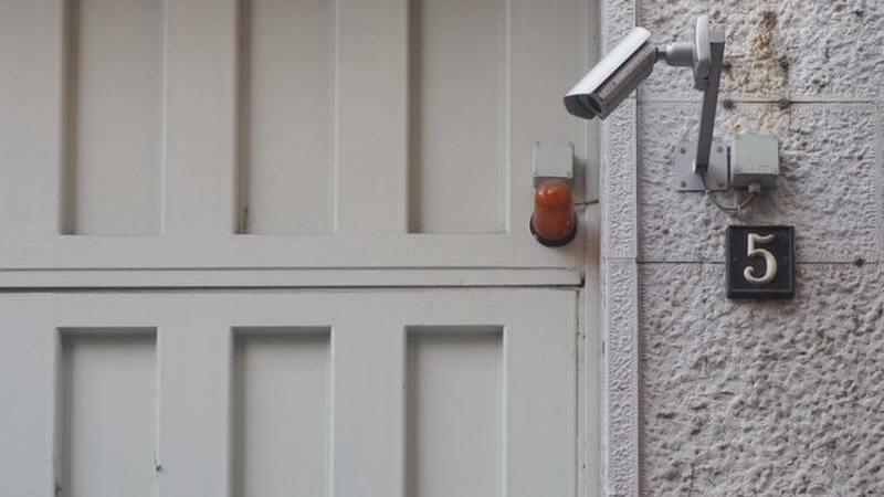 Portão externo com alarme e câmera de segurança