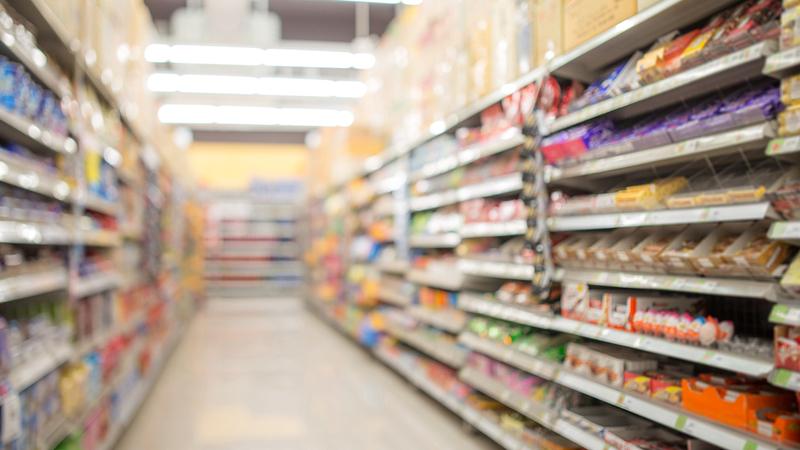 Corredor vazio de supermercado com prateleiras dos dois lados