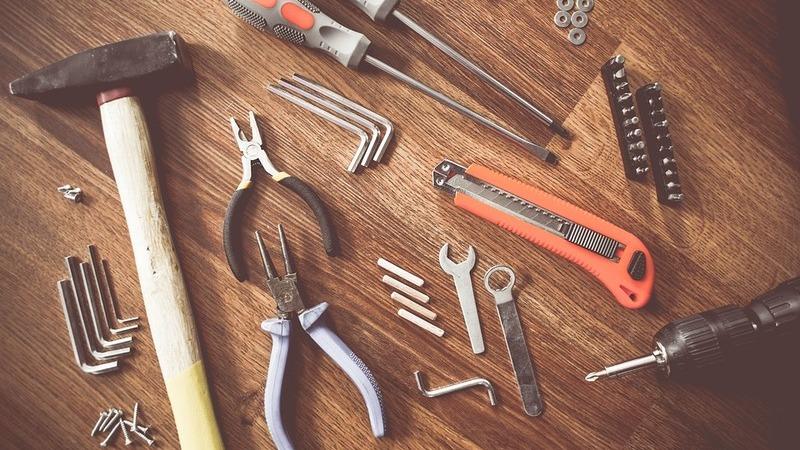 Várias ferramentas sobre estrutura de madeira