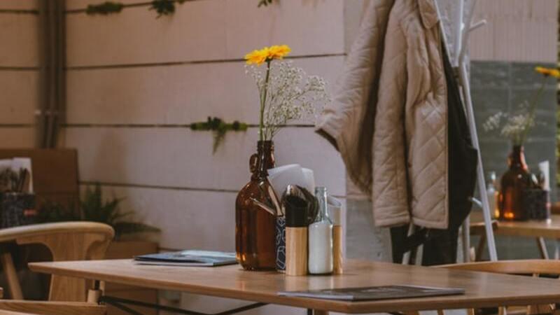Mesa de madeira com cadeiras, mesa de restaurante com vaso de flor