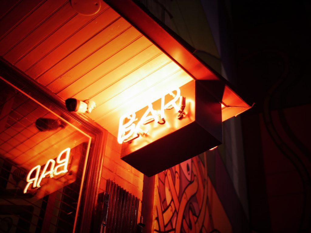 Placa de bar com luzes neon vermelhas