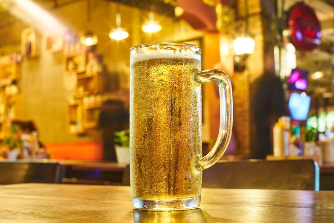 Caneca de cerveja sobre mesa