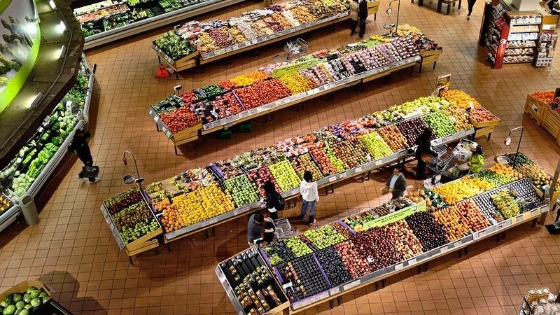 Vista superior do setor de hortifruti de um supermercado