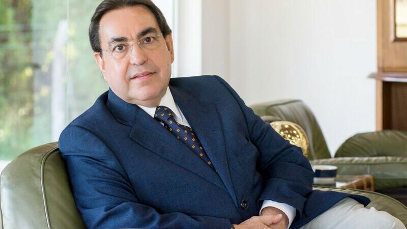Luiz Marins, palestrante de vendas, sentado em sofá